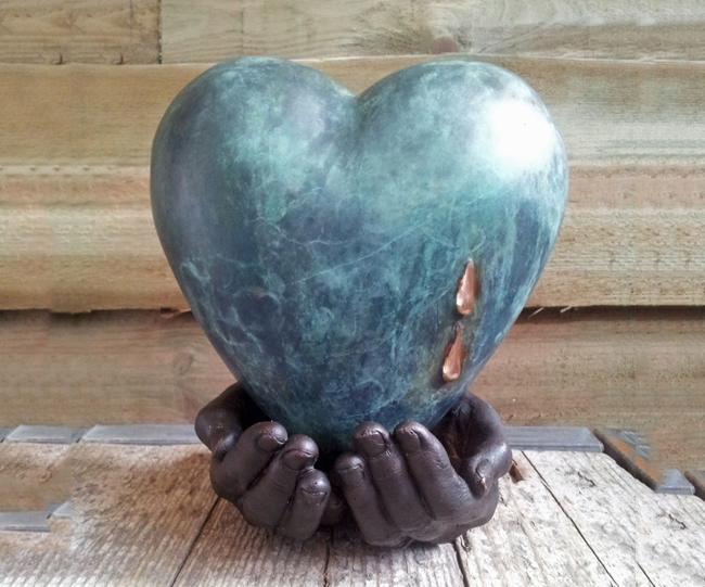 urn handen met hart brons