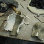 handen maken van klei urn handen