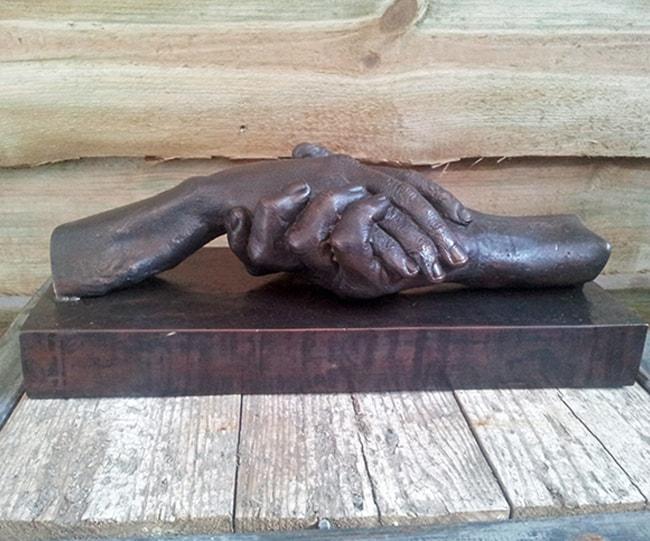 urn met handen brons