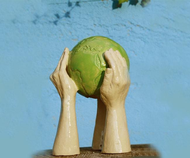persoonlijke urn-handen-met-wereldbol-as-art-urnen