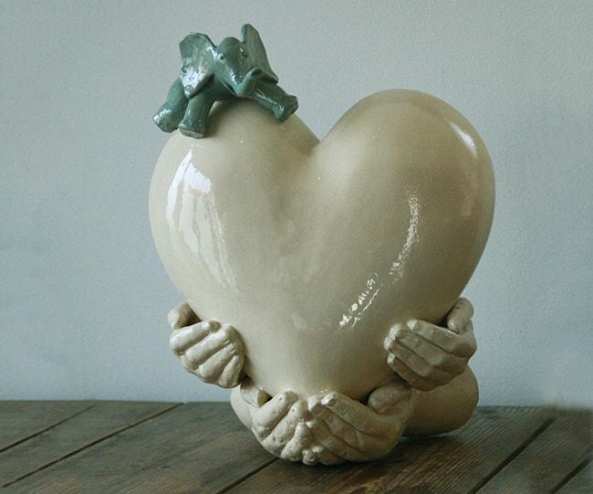 urn handen met hart en olifantje as-art urnen