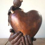 urn hart met handen en kikker
