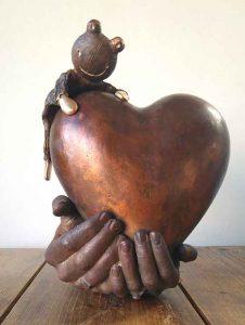urn handen met hart en kikker