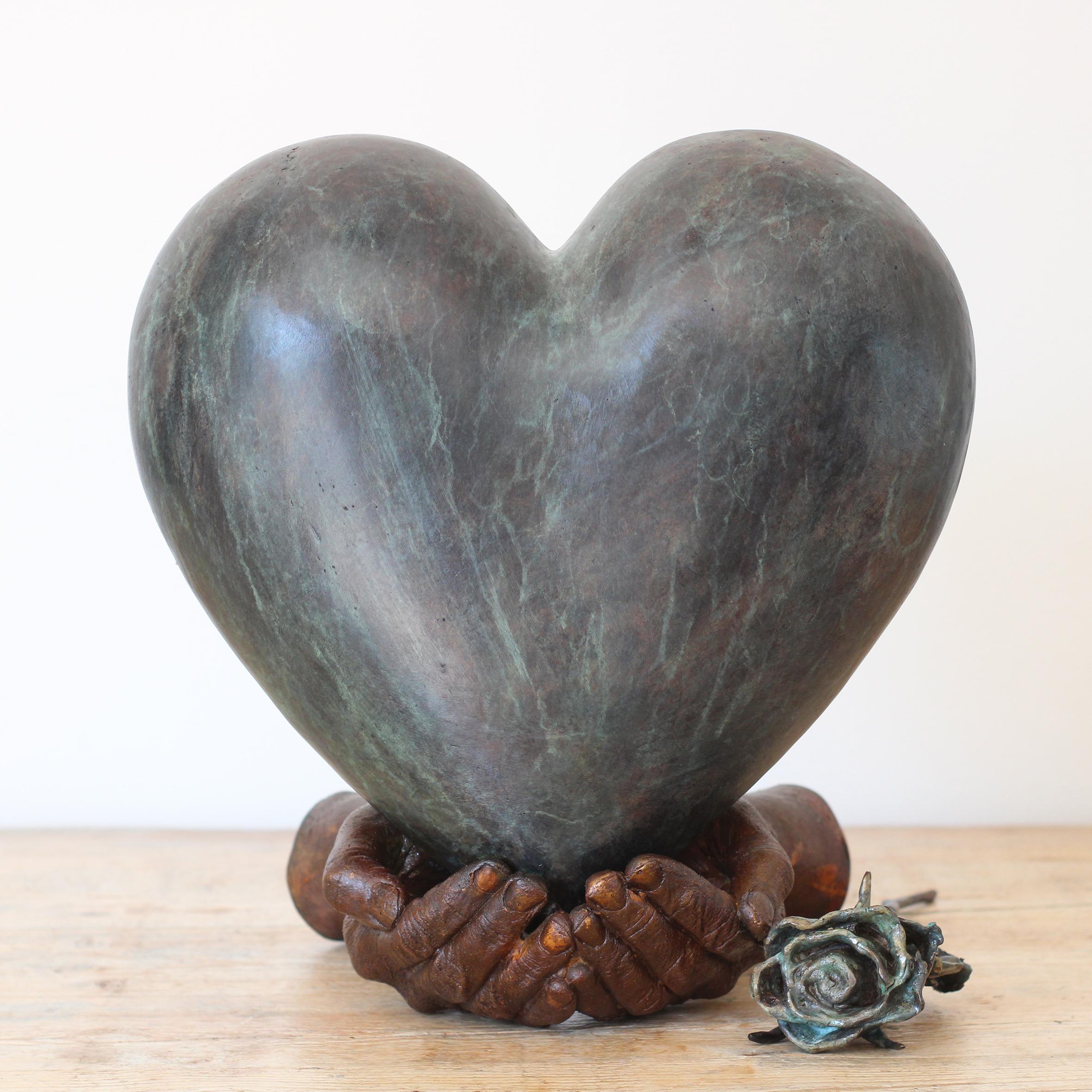 bronzen urn hart met handen