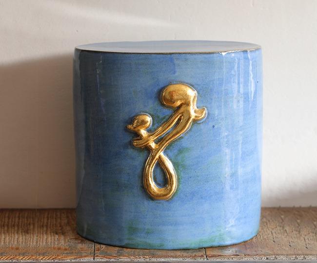 urn met gouden tattoo